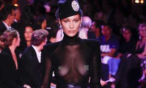 Bella Hadid phô trọn ngực trần trên sàn diễn