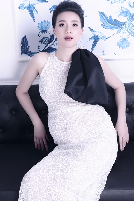 Bộ ảnh được thực hiện với sự hỗ trợ của stylist Thiều Ngọc, make-up Cao Tuấn Đạt, tóc: Liên Lek.