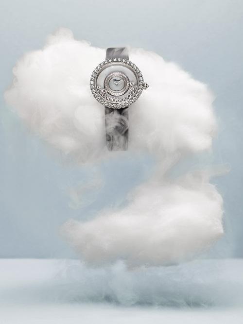 Với phương châm Những viên kim cương sẽ hạnh phúc hơn khi chúng được tự do, Chopard đã thiết kế ra mẫu Happy Diamonds vào năm 1976 với những viên kim cương được tự do vui đùa giữa hai mặt kính saphire trong suốt. Thiết kế này đã gây nhiều tiếng vang và đem về cho Chopard giải thưởng Golden Rose of Baden-Baden, giải thưởng vinh dự nhất dành cho ý tưởng thiết kế. Với 6ct kim cương lấp lánh, chiếc đồng hồ này cũng là món đồ thường thấy trên cổ tay của những quý cô thượng lưu.