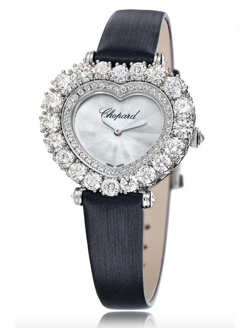 Với kiểu dáng yêu kiều và lãng mạn, thiết kế LHeure du Diamant mặt hình trái tim này cũng được lựa chọn đầy ưu ái của các quý cô với mức giá hơn 1 tỉ đồng. Mặt đồng hồ được làm bằng ngọc trai khảm vân xà cừ Guilloche huyền ảo, được trang trí bằng 6.28ct kim cương brilliant và briolette trên bề mặt.