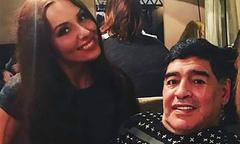 Maradona 'cố tình lột váy' của nữ phóng viên Nga