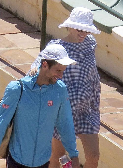 Djokovic và bà bầu Jelena rạng rỡ bên nhau tại Tây Ban Nha hồi tháng 5.