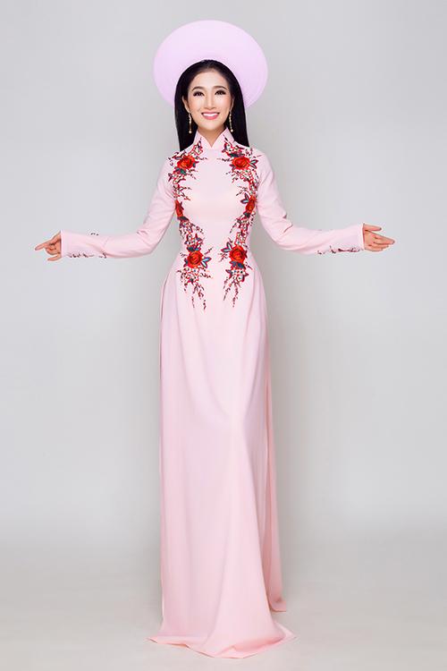 Ngoài những mẫu áo dài cầu kỳ cho ngày cưới, cô dâu có thể chọn những thiết kế đơn giản, vừa mới mẻ lại dễ dàng tái sử dụng sau hôn lễ. Sắc hồng phấn dịu dàng giúp tôn vinh nét nữ tính, lãng mạn cho tân nương. Cổ cao truyền thống được thêu chờm giúp khuôn mặt thêm tươi sáng, rạng rỡ.