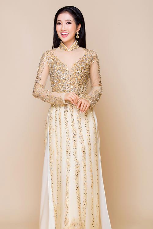 Diễn viên Quỳnh Lam hoá cô dâu trong mẫu áo dài màu be đắp ren điệu đà, lấy cảm hứng từ váy cưới.