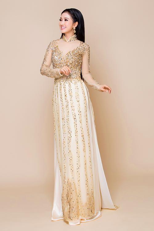 Đá và pha lê được đính kết thành những đường thẳng trên tà áo, giúp cô dâu ăn gian chiều cao.