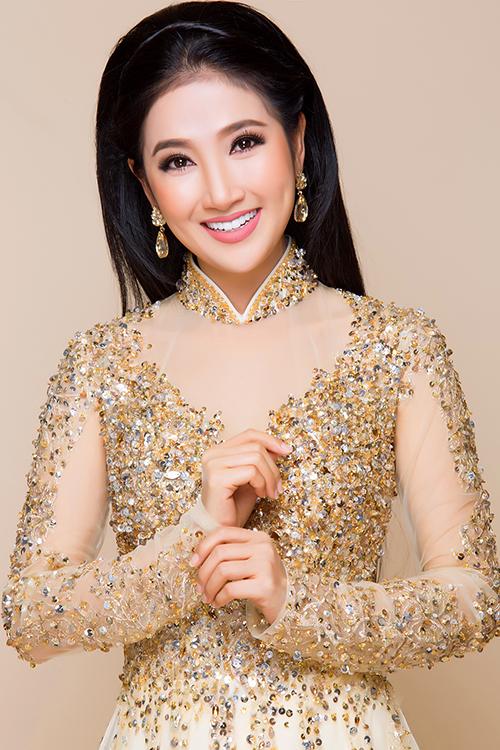 Điểm chiết eo cao giúp tôn dáng cho người mặc hơn. Cô dâu cũng nên chọn kiểu tóc đơn giản cùng phong cách trang điểm nhẹ nhàng, tự nhiên.