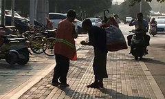 Nữ lao công chia sẻ bữa sáng với người ăn xin mù