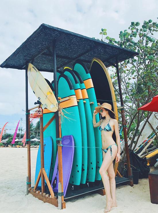 Trên trang cá nhân, Hoa hậu Việt Nam 2014 chia sẻ một vài hình ảnh gợi cảm trên bãi biển Bali. Cô diện bikini, khoe vóc dáng chuẩn, không chút mỡ thừa giữa không gian biển trời trong lành.