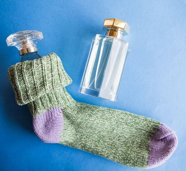 Để đảm bảo an toàn cho chai nước hoa yêu thích trong quá trình di chuyển, hãy cất chúng vào trong những chiếc tất dày.