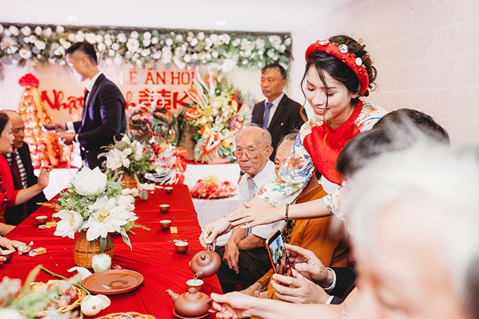 Lễ ăn hỏi tại tư gia của cô dâu Nhật Hạnh được tổ chức vào một ngày cuối tháng 6, khi hoa sen ở độ đẹp nhất. Vì thế, Hạnh đã chọn hoa sen là loài hoa chủ đạo, làm đẹp cho lễ ăn hỏi.