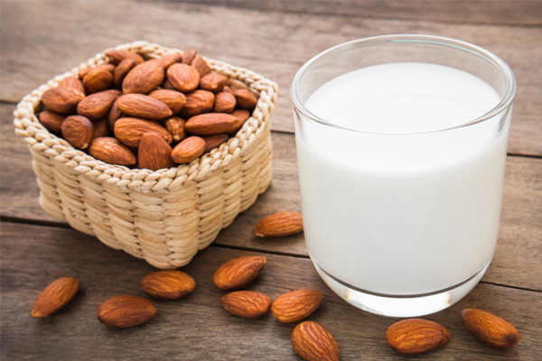 Sữa hạnh nhân Sữa hạnh nhân giàu canxi và protein giúp kéo dài cảm giác no bụng. Ngoài ra, nó còn chứa các chất béo lành mạnh giúp đốt cháy lượng cholesterol xấu, giúp tinh thần thoải mái, giảm phiền muộn.