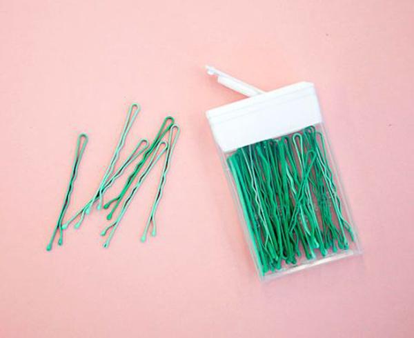 Đựng cặp tăm vào trong hộp kẹo cao su cũ là cách đơn giản nhất để tránh thất lạc.