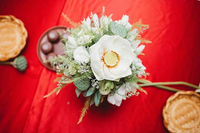 Những bông sen trắng muốt, nổi bật trên đài xanh được kết hợp tinh tế với hoa thục phương, lá măng tây mang đến không gian độc đáo, thoảng hương thơm.
