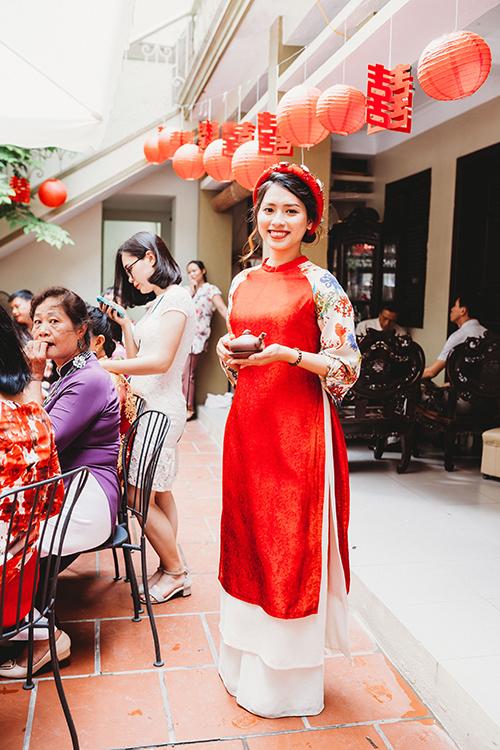 Cô dâu chọn cho mình bộ áo dài cách tân vừa dịu dàng, nữ tính mà vẫn đảm bảo tính tiện lợi, thoải mái.