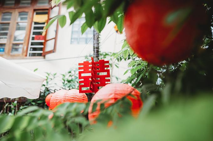 Vì thời tiết mùa hè khá oi bức, wedding planner đã tận dụng khoảng sân rợp bóng cây để treo đèn lồng trang trí thay vì nhà rạp thường thấy.