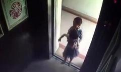 Bé 2 tuổi bị bạn nhốt trong thang máy trước khi ngã từ tầng 17