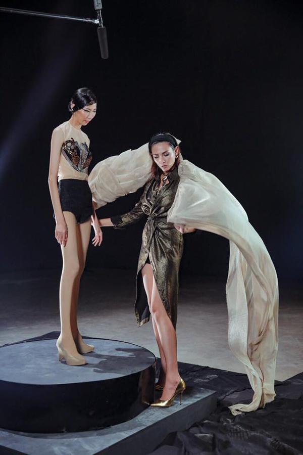 Tại tập 3 của Vietnams Next Top Model All Stars 12 thí sinh cùng bước vào hai phần thi casting tham gia chương trình thời trang và quay video fashion.