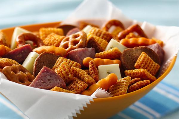 Ăn quá mặn Chế độ ăn quá nhiều muối hoặc ăn quá nhiều lọai snack mặn khiến cơ thể phải tích trữ nhiều nước hơn, từ đó, gây ra tình trạng chướng bụng.