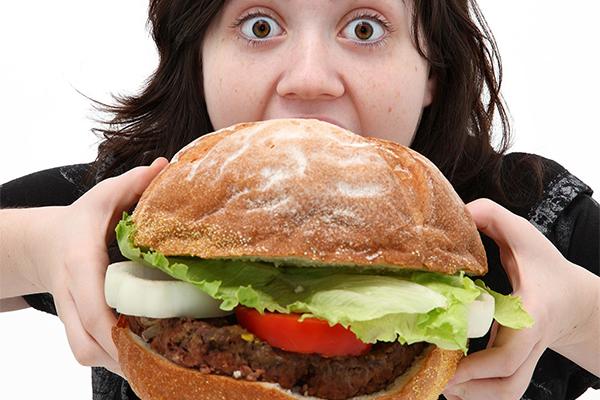 Ăn quá nhanh Thói quen ăn quá nhanh cũng là một trong những nguyên nhân đầu bảng khiến bụng luôn căng chướng. Bạn nên ăn chậm, nhai kỹ để hạn chế tình trạng này.
