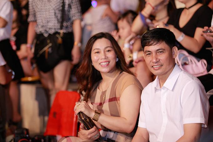 Bố mẹ Sơn Tùng ngồi dưới khán đài