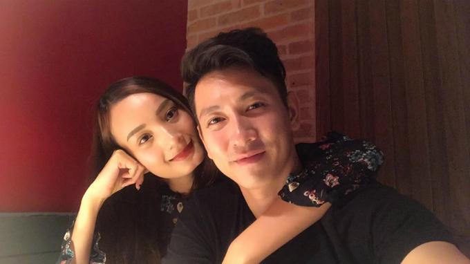 Vợ chồng Lê Thuý - Đỗ An tình tứ đi ăn tối cuối tuần.