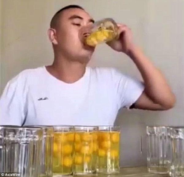 chang-trai-livestream-an-het-100-qua-trung-song-chua-den-mot-phut