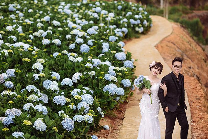 Cặp đôi biết nhau từ khi còn thò lò mũi xanh do bố mẹ hai bên là bạn bè thân thiết.