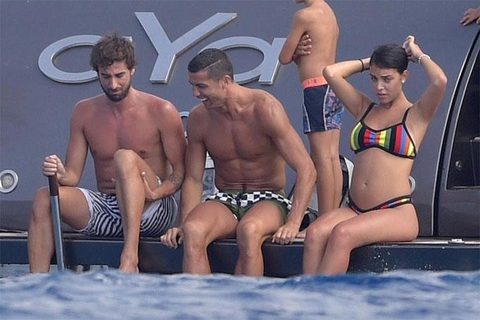 ban-gai-c-ronaldo-mac-bikini-lo-bung-bau