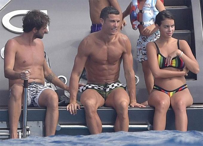 ban-gai-c-ronaldo-mac-bikini-lo-bung-bau-5