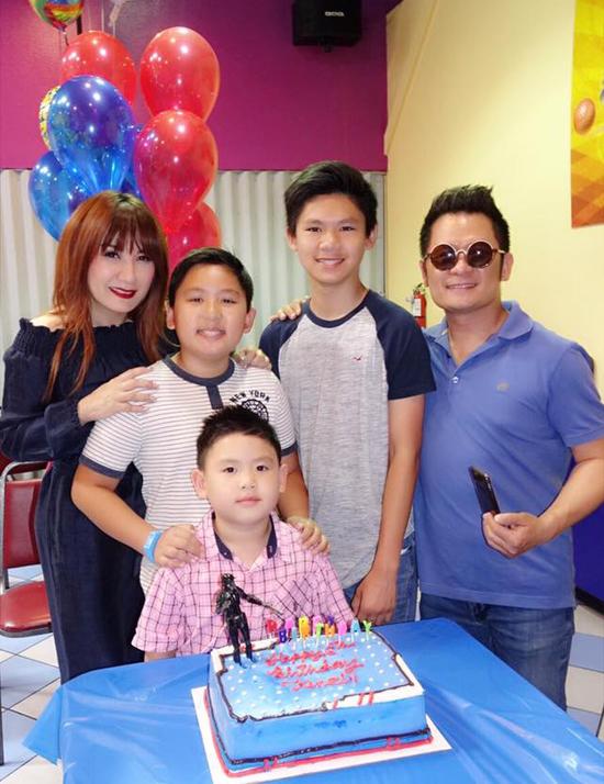 Vài ngày trước, Bằng Kiều và vợ cũ tổ chức sinh nhật cho cậu út Kenzi. Cựu thành viên Quả Dưa Hấu chia sẻ rằng, vì bố mẹ quá bận rộn với công việc nên năm nay phải làm tiệc mừng tuổi mới muộn cho Kenzi.