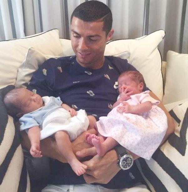 Siêu sao Real khoe cặp song sinh Eva và Mateo