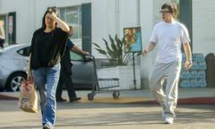 Vợ Thành Long ngần ngại 'né' paparazzi khi cùng chồng đi siêu thị