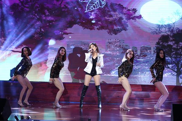 hoa-hau-hoang-thuy-dien-do-sexy-nhay-sung-tren-san-khau-3