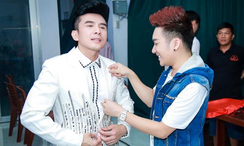 Quang Hà chỉnh sửa trang phục cho Đan Trường trong hậu trường