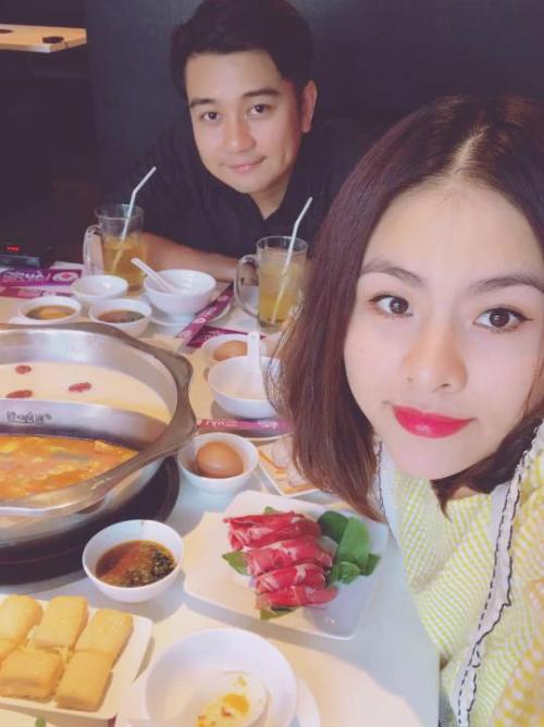 Vợ chồng Vân Trang đi ăn món khoái khẩu. Cô viết: