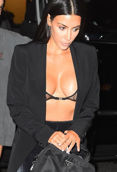 kim-kardashian-dien-mot-khoe-bra-di-an-toi-2