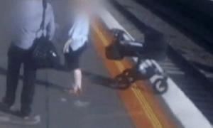 Xe đẩy em bé lao xuống đường ray chỉ vì một giây xao nhãng của cha mẹ