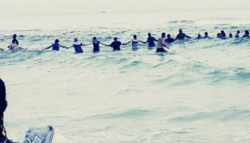 80 người nắm tay tạo hàng rào chắn sóng cứu người đuối nước
