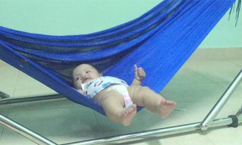 Bé 7 tháng tuổi tự đưa võng 'ru' mình ngủ
