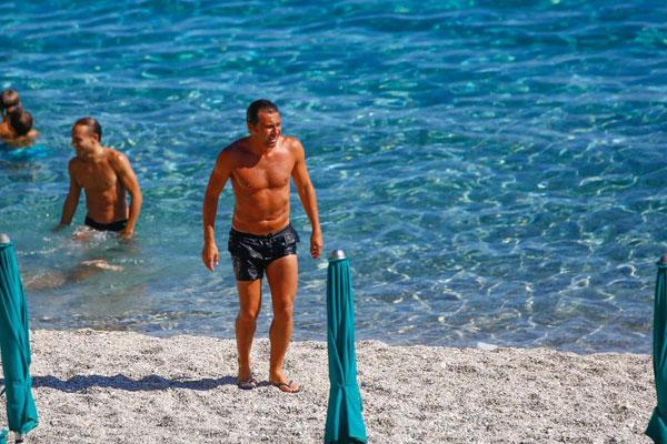 Trên bãi biển ở quê nhà, HLV người Italy