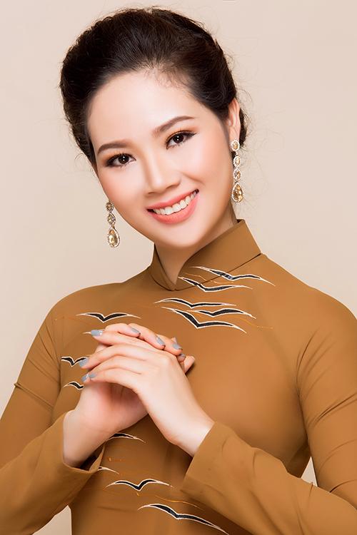 Nhân dịp vào Sài Gòn công tác, Hoa hậu Việt Nam 2002 đã thực hiện bộ ảnh giới thiệu những mẫu áo dài mới nhất của nhà thiết kế Đặng Trọng Minh Châu.