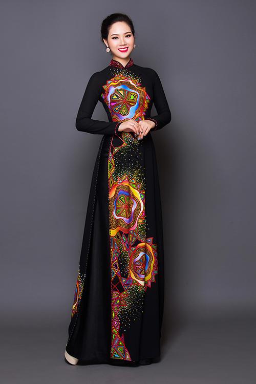 Sắc đen trầm của chất liệu mang đến sự sang trọng cho phụ nữ trung niên, còn hoạ tiết hoa rực rỡ thể hiện nét vui tươi.