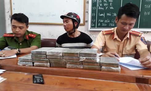 mang-theo-20-banh-heroin-tung-tang-chay-xe-may-tren-duong