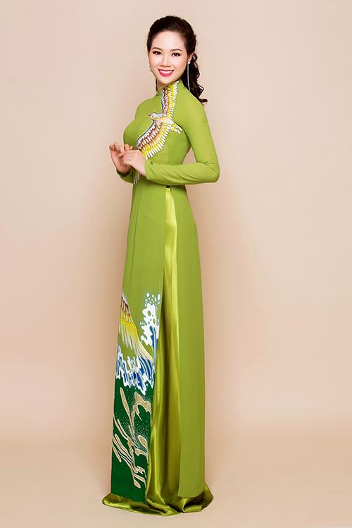 Nếu mẹ của cô dâu, chú rể ở tầm tuổi dưới 50, có phong cách trẻ trung thì có thể chọn áo dài màu sắc nổi bật như màu xanh cốm.