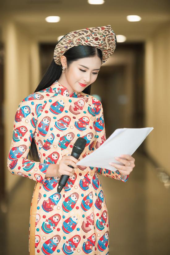 Cô đã tự thiết kế hai bộ áo dài có in những họa tiết đặc trưng cho nước Nga, đặc biệt chiếc mấn gợi nhớ đến hình ảnh mũ đội đầu trong trang phục dân tộc ở xứ sở bạch dương.