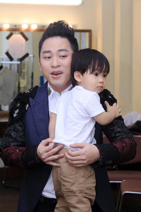 con-trai-tung-duong-bam-riet-lay-bo-o-hau-truong-show-dien-3