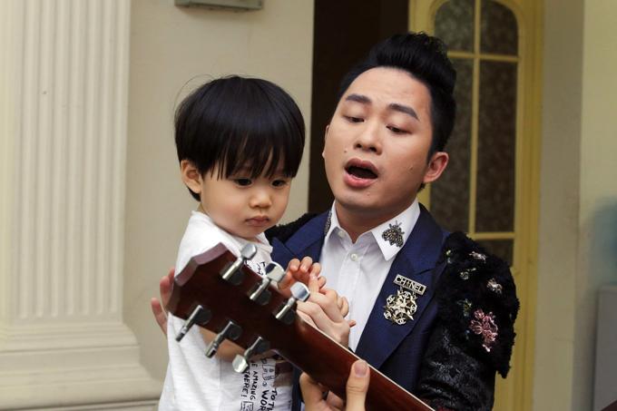 con-trai-tung-duong-bam-riet-lay-bo-o-hau-truong-show-dien-5