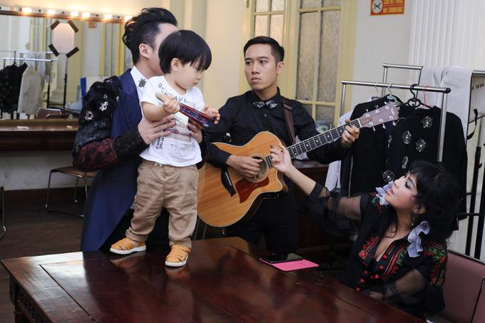 con-trai-tung-duong-bam-riet-lay-bo-o-hau-truong-show-dien-6