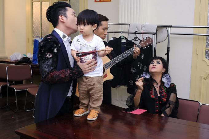 con-trai-tung-duong-bam-riet-lay-bo-o-hau-truong-show-dien-7