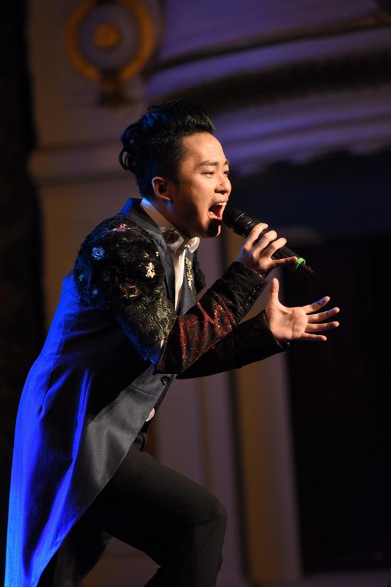 con-trai-tung-duong-bam-riet-lay-bo-o-hau-truong-show-dien-9